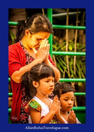 Street Photography - A family in prayer!